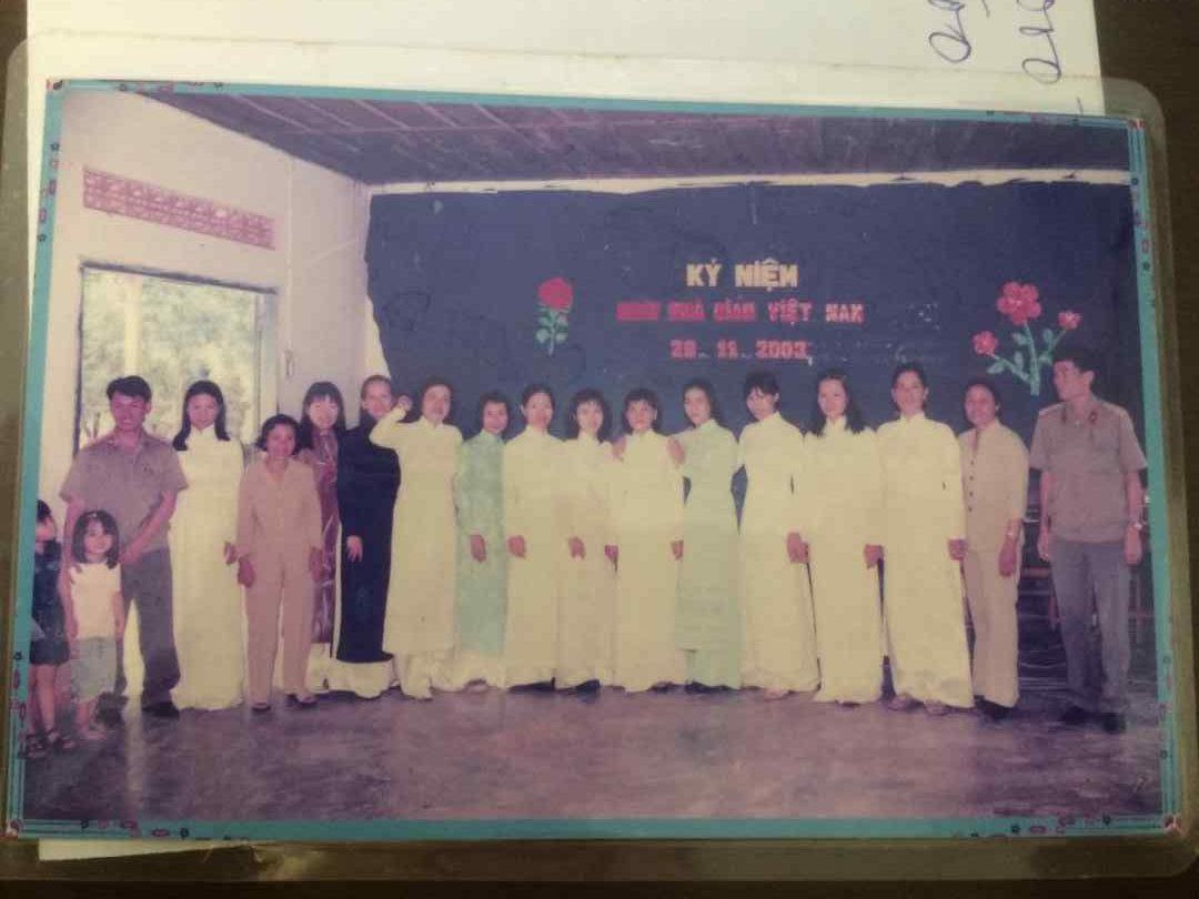 hình 6- Tập thể CBGVNV trường MN Phước Vĩnh- tổng kết năm học 2002-2003