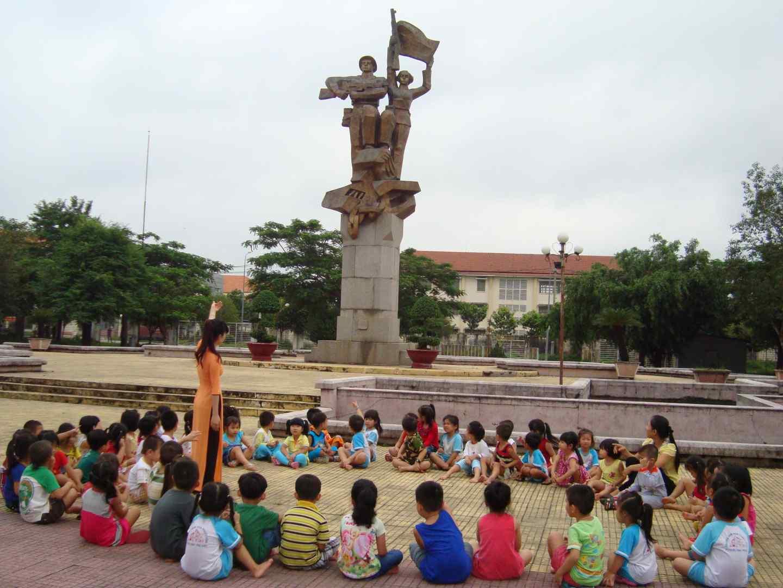 hình 7- trẻ tham quan công viên chiến thắng Phước Thành