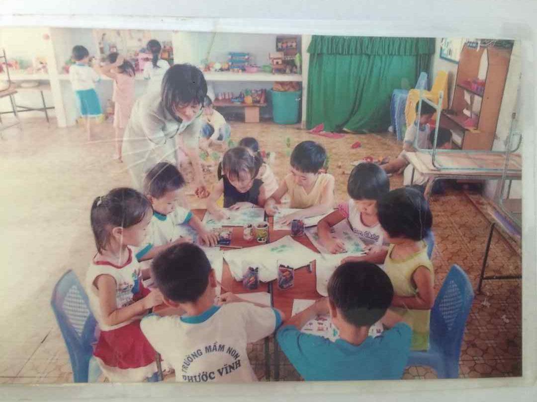 hình 8- Một giờ hoạt động giáo dục của trẻ ở lớp Lá 1 - phòng học tạm của trường tiểu học